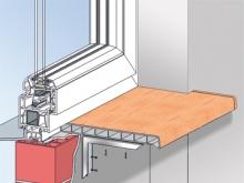 Монтаж с металлическим уголком У монтажного уголка (120х120 мм.) могут использоваться в качестве опоры оба плеча. Крепление подоконника осуществляется с помощью цилиндрических винтов из нержавеющей стали 3,9х16 мм. Уголки закрепляют на расстоянии максимум 500 мм. друг от друга.