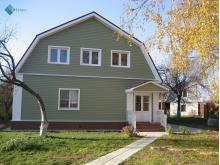 Кирпичный дом, обшитый виниловым сайдингом Mitten, цвет Mist green