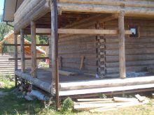 Терраса загородного дома, отделанная террасной доской