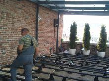 Укладка террасной доски на балконе летнего кафе