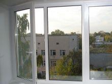 Трехстворчатое пластиковое окно Rehau