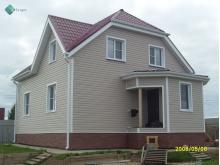 Отделка фасада виниловым сайдингом Миттен, цвет bone, кровля - металлочерепица