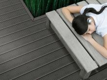 профиль terraza, сторона профиля medio Наслаждайтесь отдыхом, не волнуясь о продольных швах, – ведь они закрыты: профиль terraza, сторона профиля medio, цвет carbone (угольно-черный)