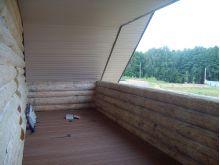 Отделка балкона загородного дома террасной доской