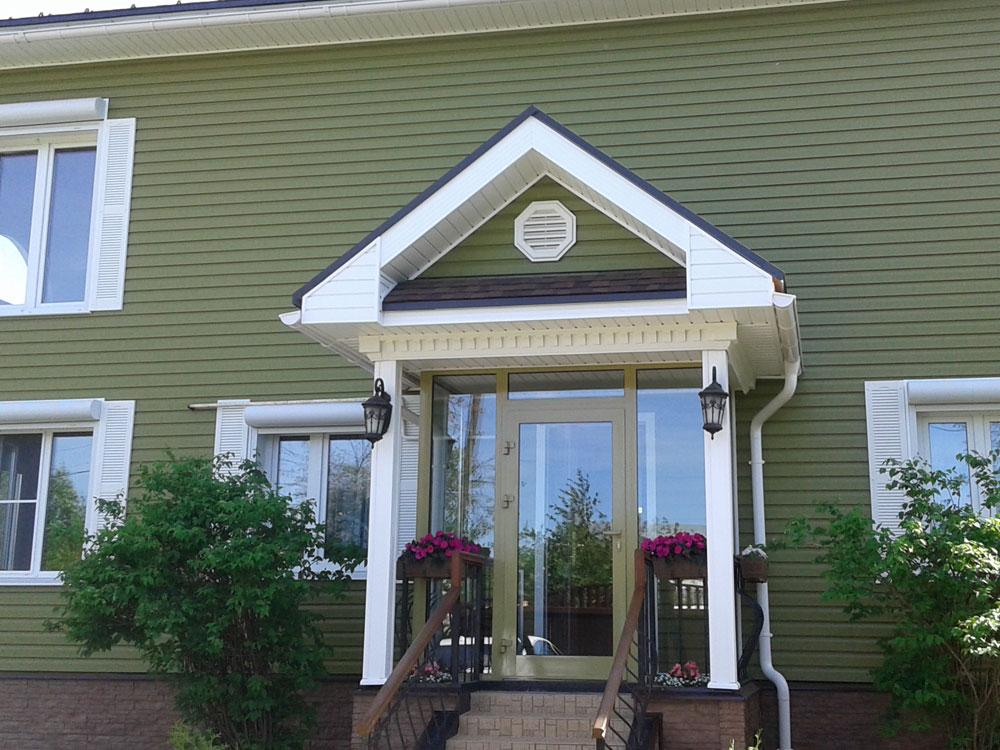 Фасад дома после ремонта и переделки некачественного монтажа
