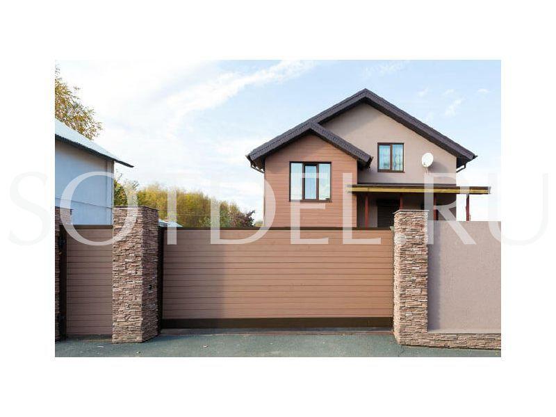 Загородный дом обшитый сайдингом Сейвуд забор в одном стиле